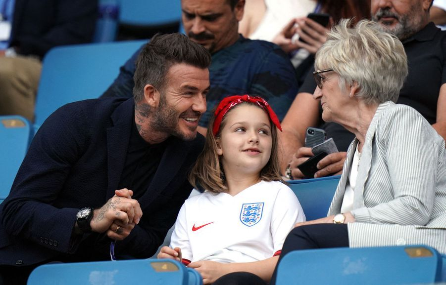 David Beckham, sa fille Harper et sa mère Sandra dans les gradins du match Angleterre-Norvège, le 27 juin 2019.