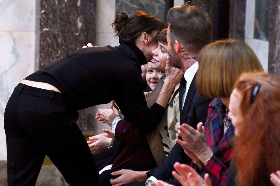 Victoria Beckham embrasse ses enfants au premier rang de son défilé pendant la Fashion Week