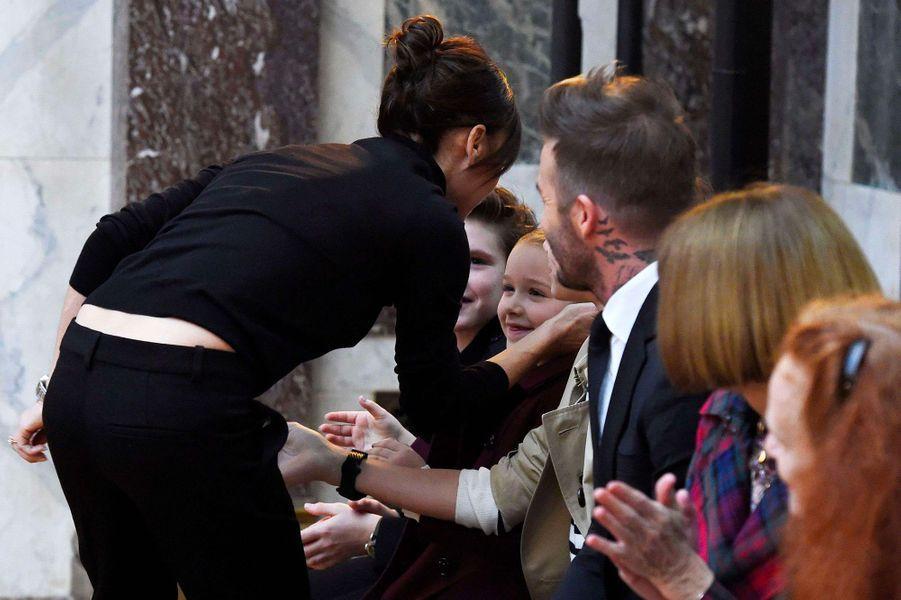 Victoria Beckham embrasse sa famille au premier rang de son défilé pendant la Fashion Week
