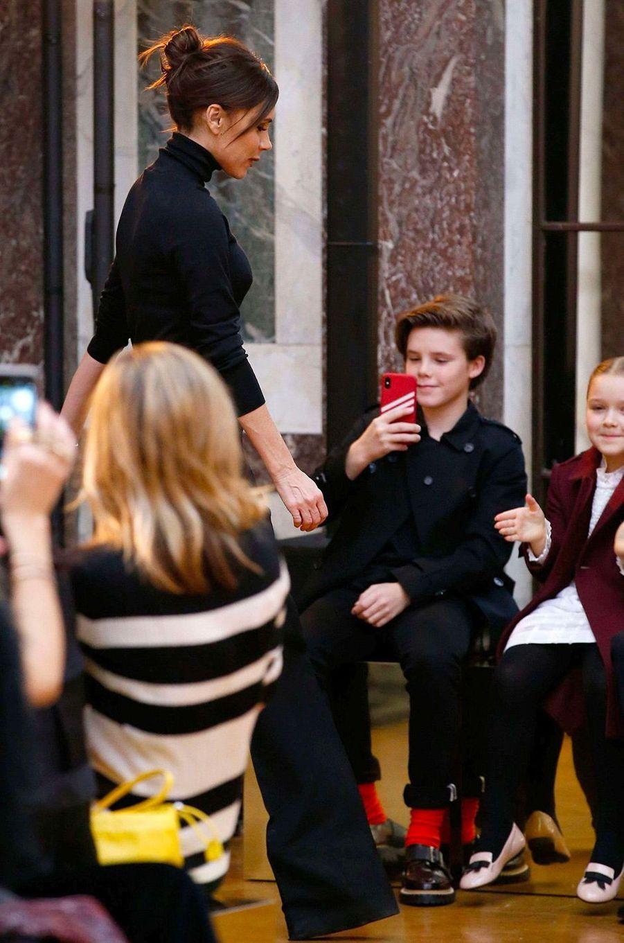 Victoria Beckham présente sa collection automne/hiver 2018 pendant la Fashion Week sous les yeux de ses enfants