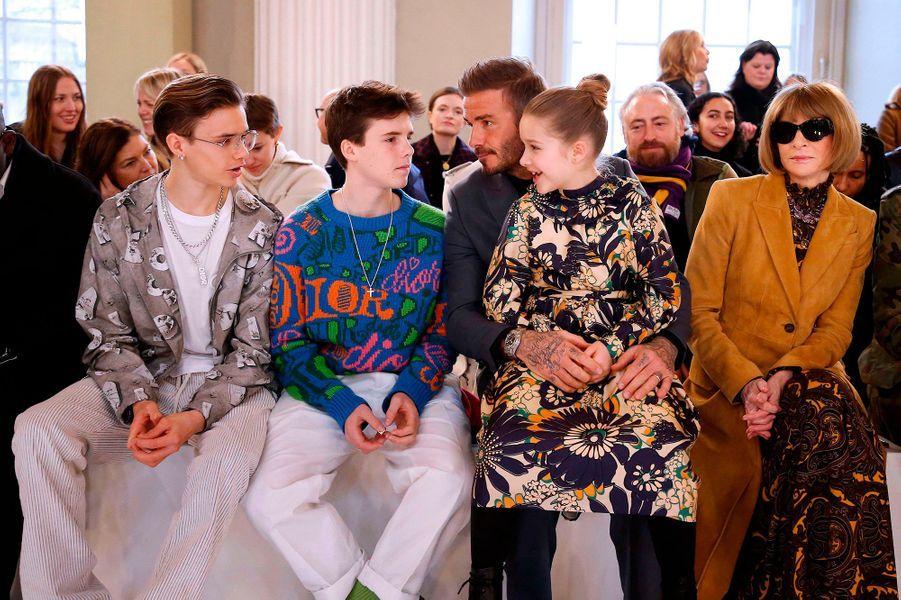 David Beckham assis à côté d'Anna Wintour avec ses enfants Romeo, Cruz, et Harper (l'aîné Brooklyn est absent), pour assister au défilé de sa femme Victoria à la Fashion Week de Londres le 16 février 2020.