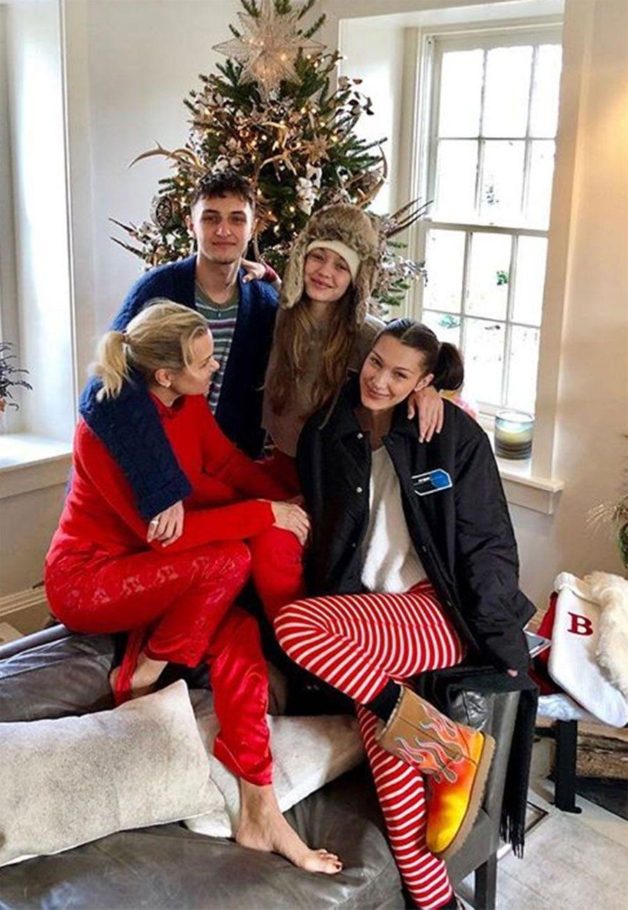 Yolanda Hadid entourée de ses enfantsAnwar, Gigi et Bella Hadid
