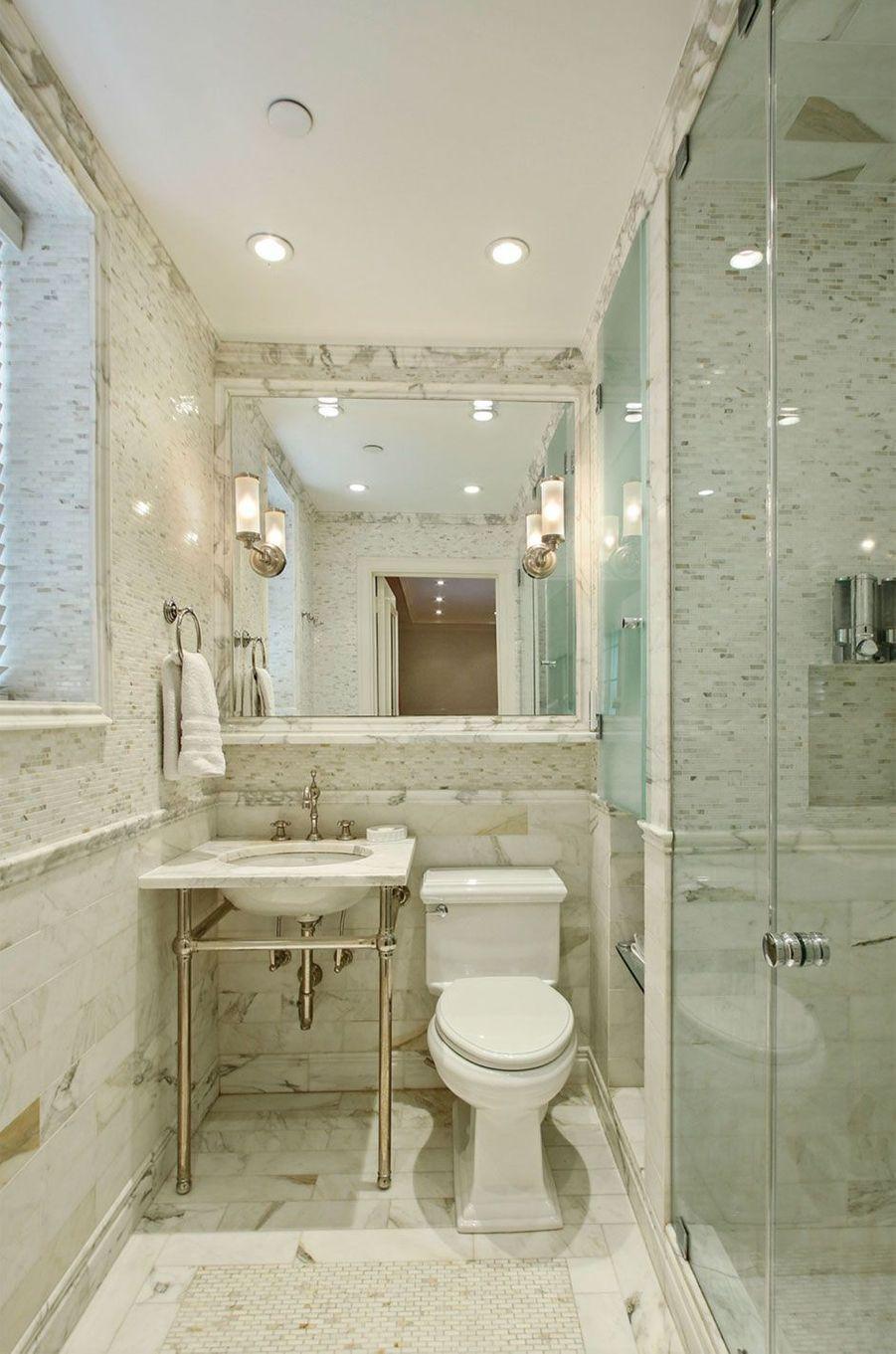 Une salle de bain tout de marbre.