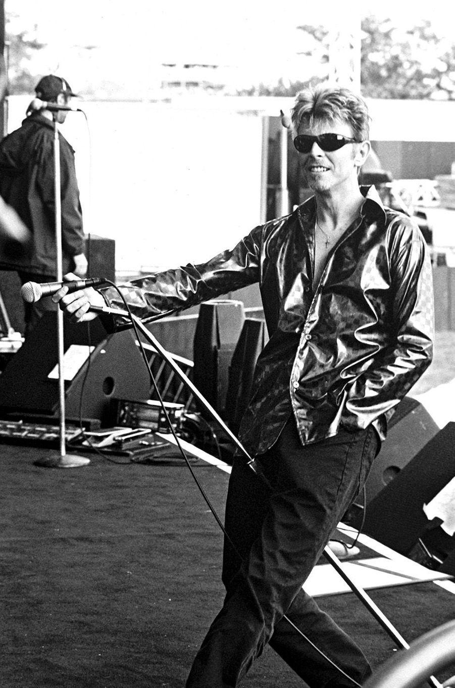David Bowie en concert à Hertford en 1995.