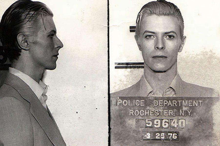 En mars 1976, David Bowie est arrêté pour possession de marijuana.