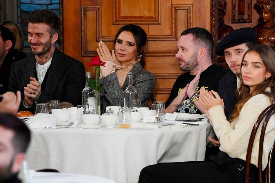 David et Victoria Beckahm avec leur fils Brooklyn et sa petite-amie Hana Cross