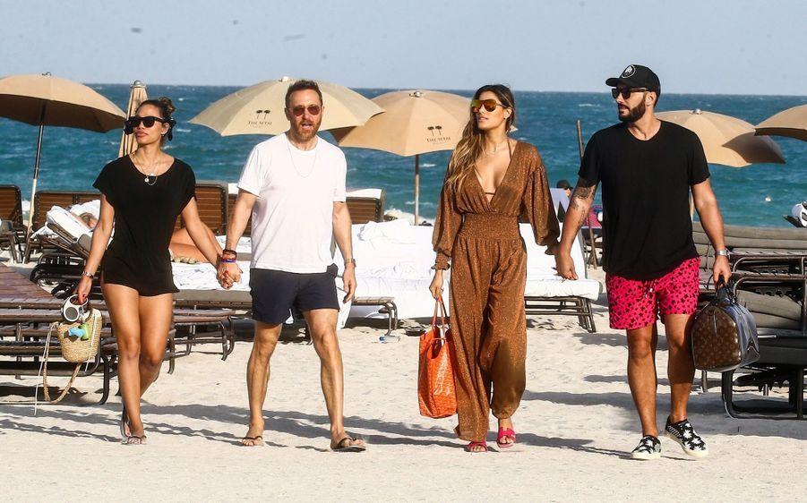 David Guetta, Cédric Gervais et leurs compagnessur une plage de Miami, le 9 mars 2019
