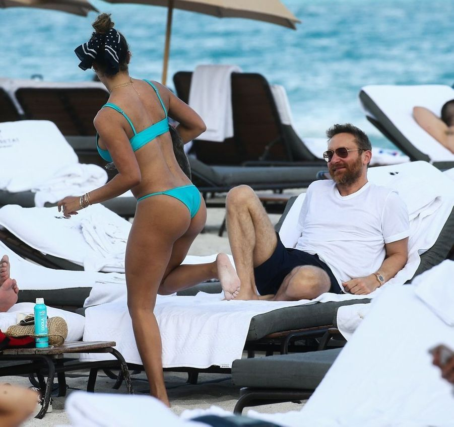 David Guetta et Jessica Ledon sur une plage de Miami, le 9 mars 2019