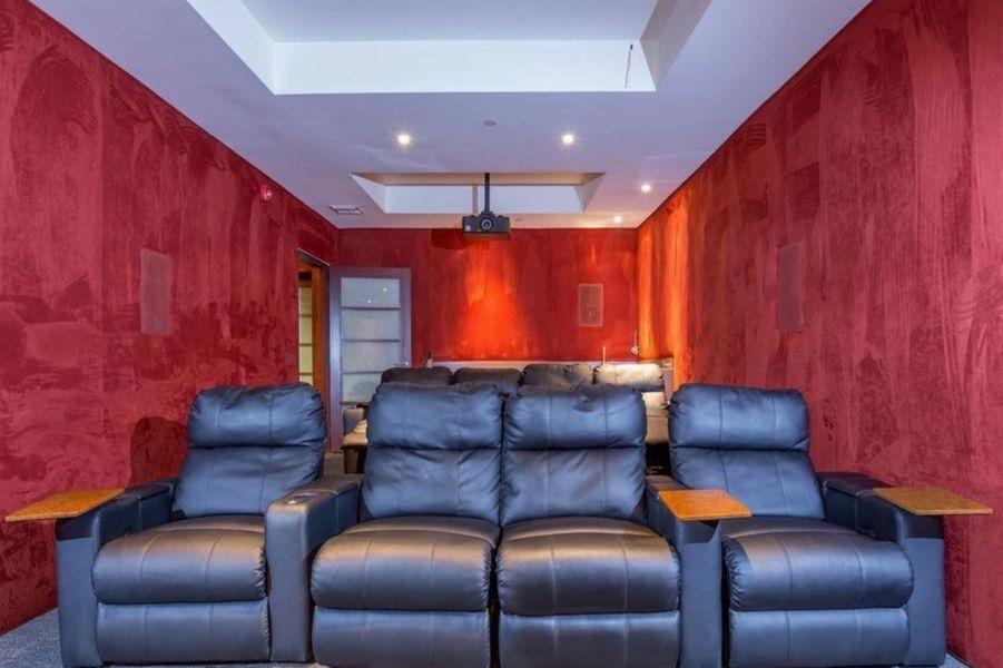 Une salle de projection privée est mise à disposition de Justin Bieber dans sa nouvelle villa.