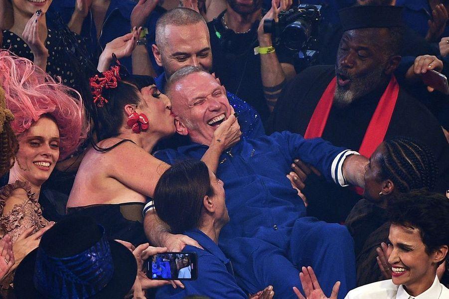 Rossy de Palma embrasse Jean Paul Gaultier à la fin du défilé