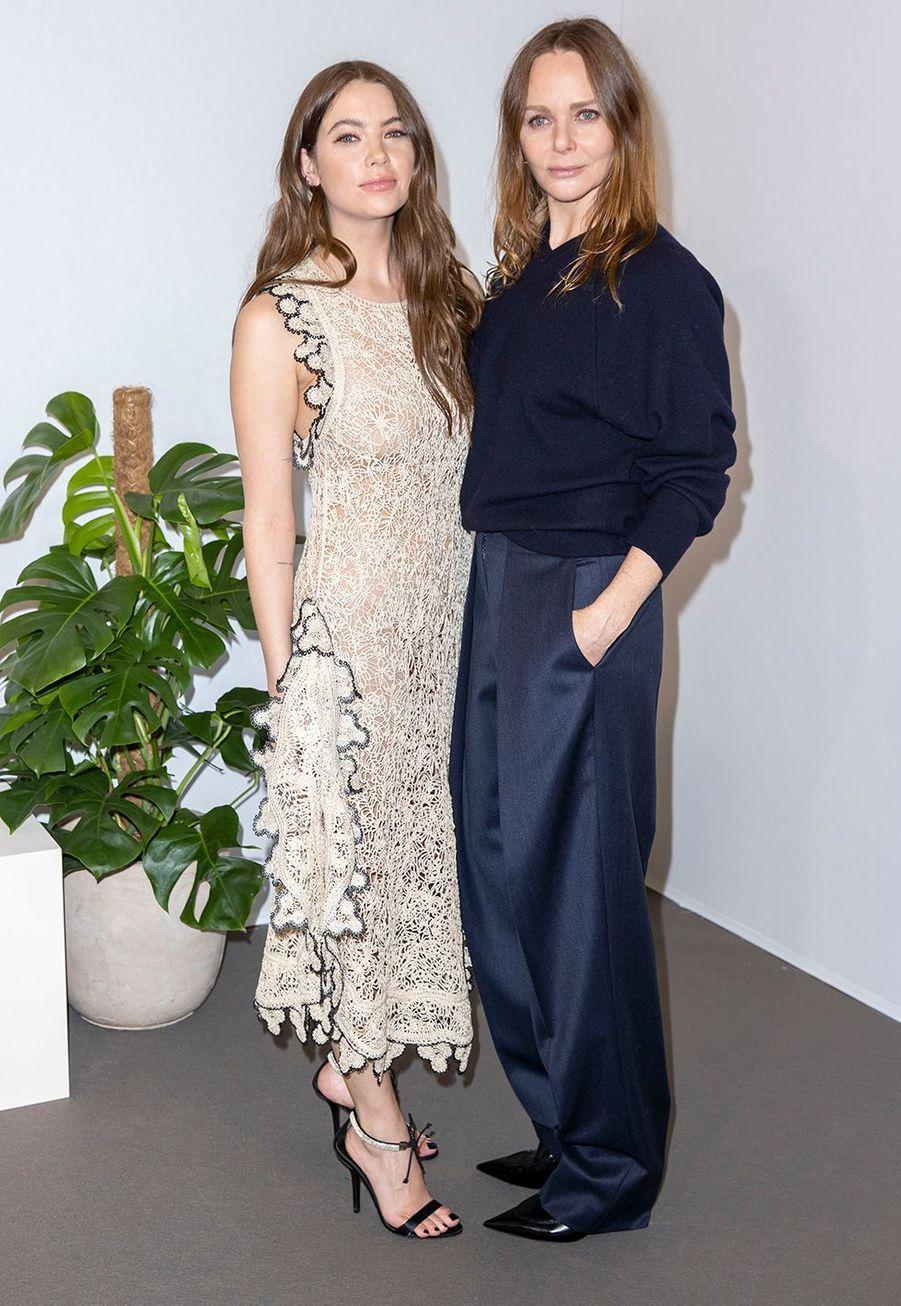 Ashley Benson et Stella McCartneyau défilé Stella McCartney collection prêt-à-porter Automne/Hiver 2020-2021 à l'Opéra Garnier, le 2 mars 2020.