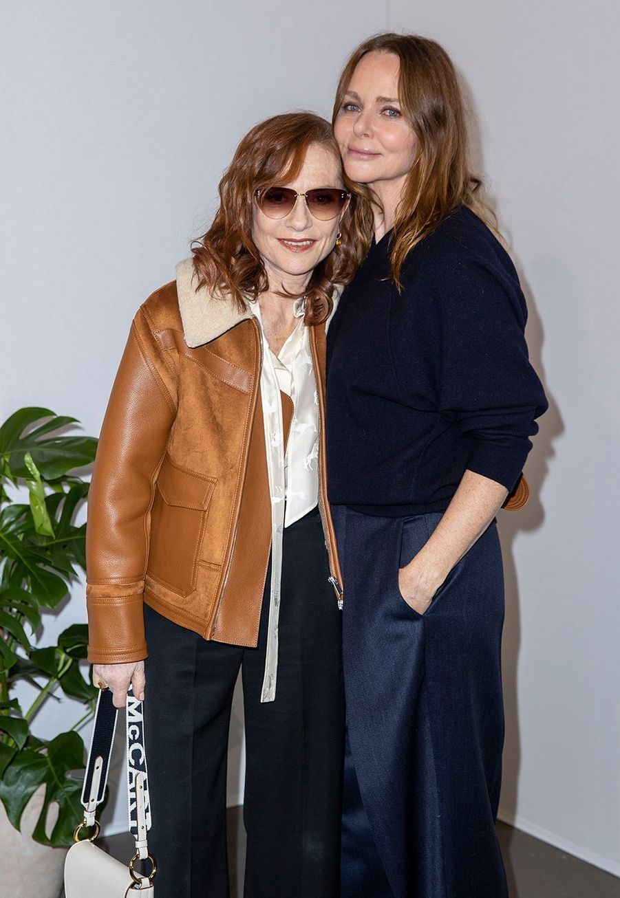 Isabelle Huppert et Stella McCartneyau défilé Stella McCartney collection prêt-à-porter Automne/Hiver 2020-2021 à l'Opéra Garnier, le 2 mars 2020.