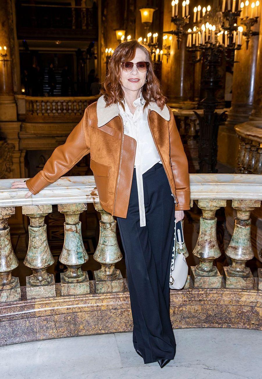 Isabelle Huppertau défilé Stella McCartney collection prêt-à-porter Automne/Hiver 2020-2021 à l'Opéra Garnier, le 2 mars 2020.