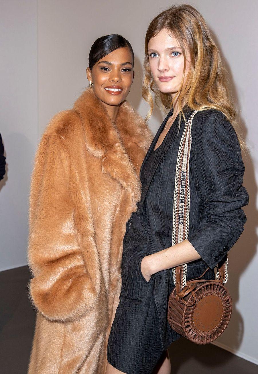 Tina Kunakey et Constance Jablonskiau défilé Stella McCartney collection prêt-à-porter Automne/Hiver 2020-2021 à l'Opéra Garnier, le 2 mars 2020.