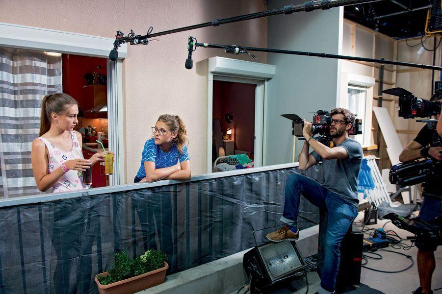 Garance Teillet et la chanteuse et comédienne Lou ( Jessica et Betty Moreno), collégiennes, saison 1, épisode17 de « Demain nous appartient », produit par Telsète.