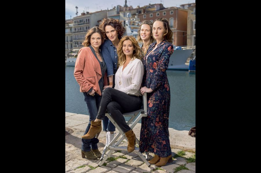 Un fauteuil de scénariste pour cinq, sur le quai de Sète. Entourant Ingrid Chauvin, assise, de g. à dr., Charlotte Valandrey, Linda Hardy, Laure Pester, Vanessa Demouy.