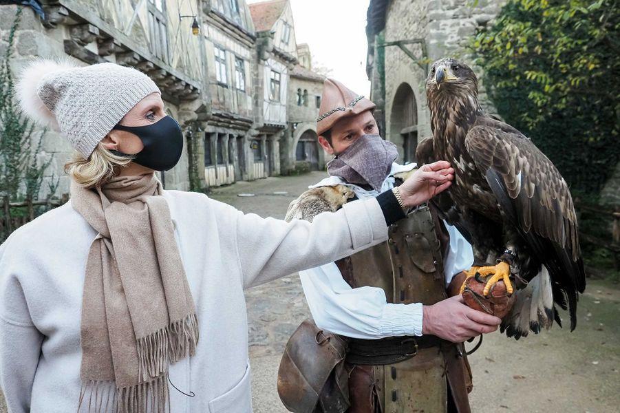 Les Miss découvrent la fauconnerie du Puy du Fou