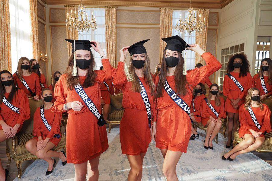 Miss Champagne-Ardenne Gwenegann Saillard,Miss Bourgogne Lou-Anne Lorphelin et Miss Côte d'Azur Lara Gautier posent après avoir eu les meilleures notes au test de culture générale