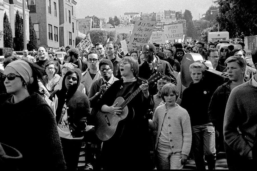San Francisco, 1964: la chanteuse Barbara Dane au sein d'une manifestation contre la guerre du Vietnam.