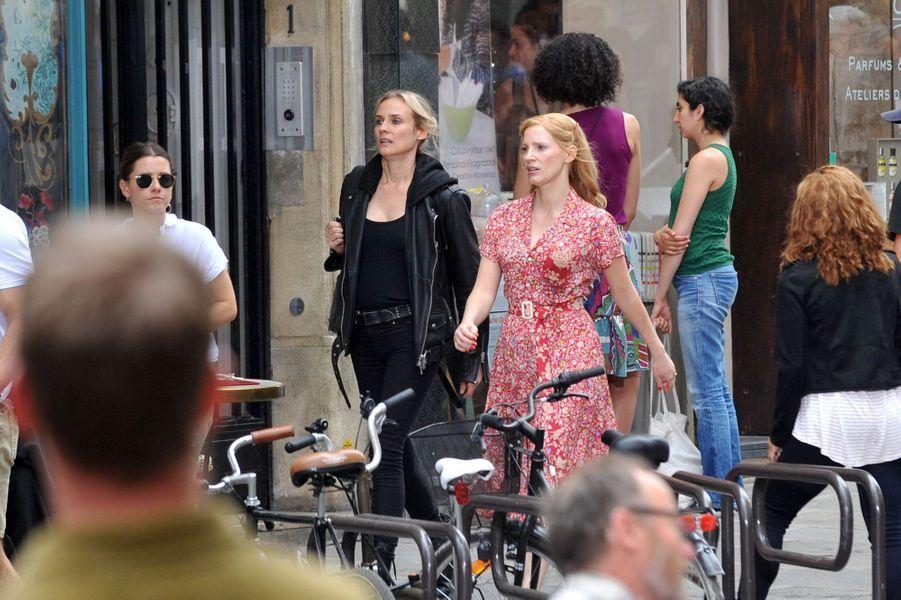 Diane Kruger et Jessica Chastain sur le tournage du film «355» à Paris le 11 juillet 2019