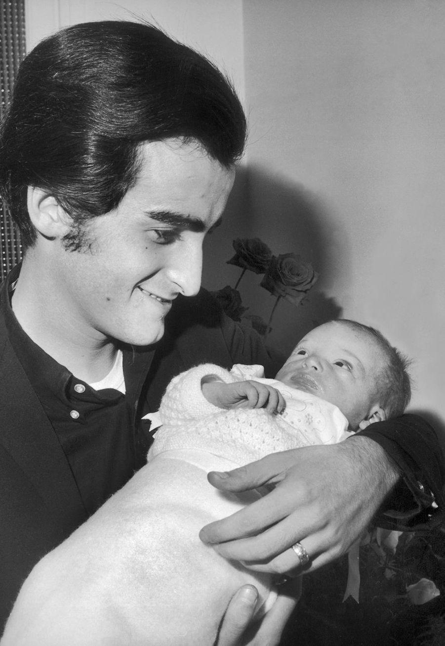 Dick Rivers tenant son fils Pascal le jour de sa naissance en 1965