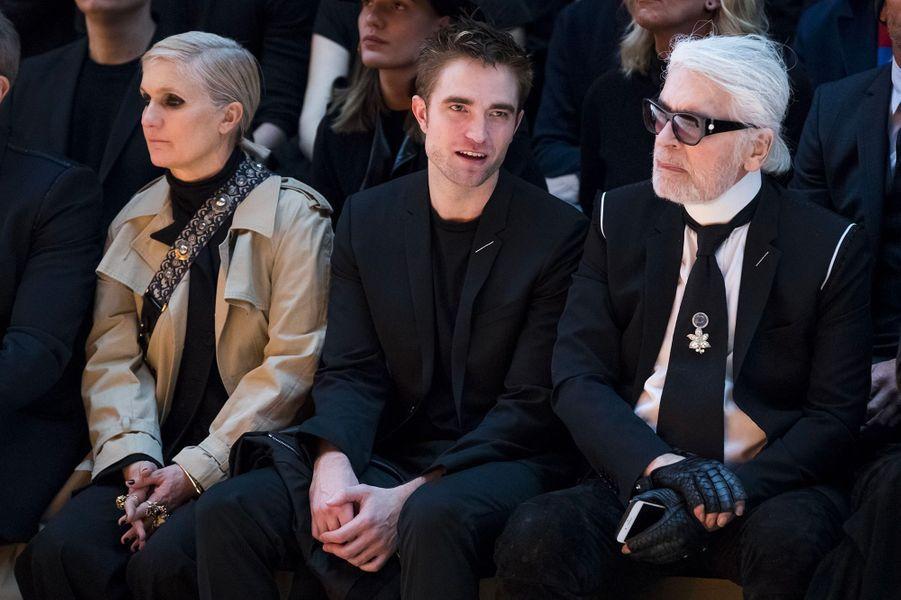 Robert Pattinson avec Karl Lagerfeld et Maria Grazia Chiuri au défilé Dior