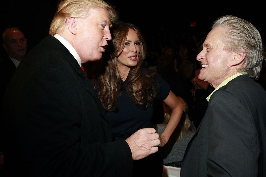 Donald et Melania Trump avec Michael Douglas en 2010.