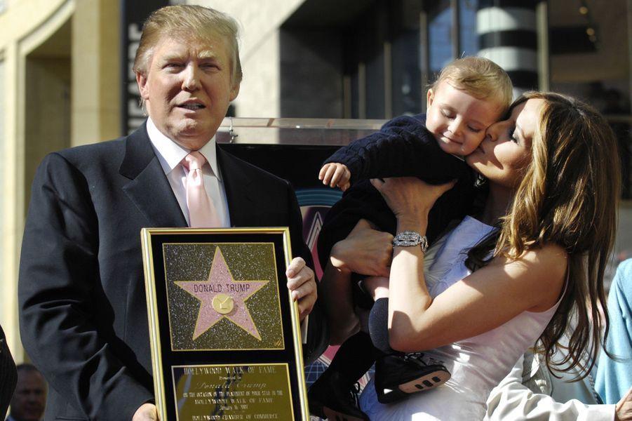 Donald et Melania Trump et leur fils Barron sur le Hollywood Walk of Fame, en 2007.