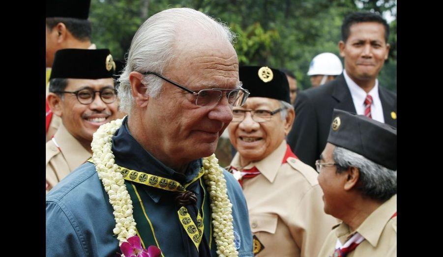 Le roi Carl XVI Gustaf de Suède a été accueilli par des scouts à Jakarta, en Indonésie. Le monarque a entamé une visite officielle de quatre jours dans le pays.