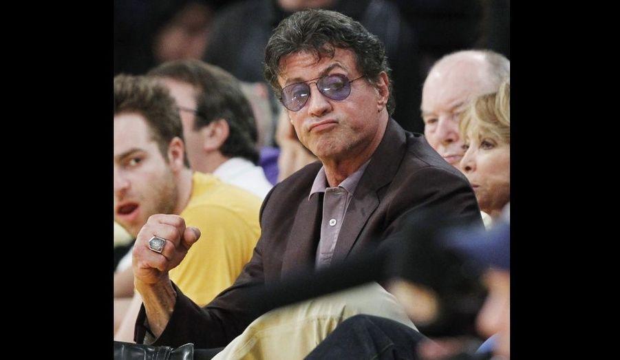 Hier soir, Sylvester Stallone était venu encourager les Lakers, en finale du Championnat professionnel nord-américain de basket-ball. Les joueurs de Los Angeles ont été battus à domicile par les Boston Cletics, 103 à 89.