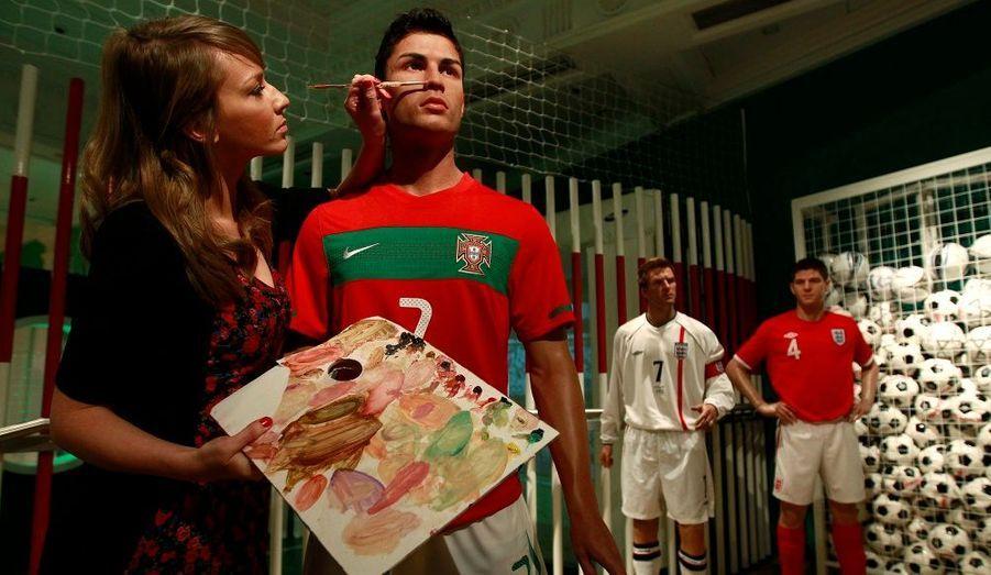Cristiano Ronaldo a fait son entrée dans le célèbre musée de Madame Tussauds, à Londres. A une journée du coup d'envoi de la Coupe du monde de football, la star du Real Madrid évolue désormais aux côtés de Steven Gerrard et David Beckham. « Nous avons été assaillis de demandes pour que Ronaldo rejoigne Madame Tussauds, a expliqué le porte-parole du musée, Liz Edwards. La Coupe du monde est l'un des plus grands événements dans le calendrier sportif, c'est ainsi que nous accueillons un des joueurs les plus talentueux du football pour marquer l'occasion. »