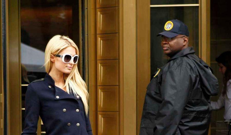 Paris Hilton s'est rendue au tribunal de New York, lundi, dans une affaire l'opposant à une société de lingerie italienne, Bonitas. La griffe poursuivait l'héritière depuis 2010, l'accusant de n'avoir pas respecté un contrat de création. Elle réclamait à Paris la somme de 200 000 dollars, mais la starlette avait contre-attaqué, accusant à son tour l'entreprise de non-paiement de la somme qui était prévue dans le contrat. Elle exigeait 1,5 million de dollars. Mais selon TMZ, les deux parties ont finalement trouvé un arrangement in extremis: elles vont… s'associer pour créer une ligne de chemises de nuit.