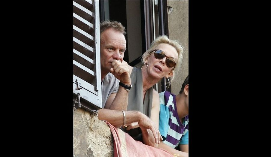 Le chanteur Sting et sa femme Trudie Styler regardent le Palio de Sienne, la course de chevaux qui s'y tient deux fois par an.