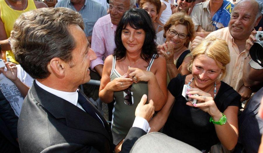 Nicolas Sarkozy est arrivé au fort de Brégançon vers 10h00 vendredi, en provenance du Cap Nègre voisin, pour y présider une réunion économique avec François Fillon, Christine Lagarde et François Baroin. Il s'est livré à un petit bain de foule à son arrivée avant d'être rejoint parle Premier ministre, et les ministres de l'Economie et du Budget.