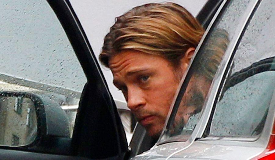 Brad Pitt sort d'une voiture à Glasgow en Ecosse, où il tourne actuellement World War Z, un film de zombies. Glasgow a été choisie comme théâtre du tournage pour sa ressemblance avec Philadelphie, où le film est sensé se dérouler