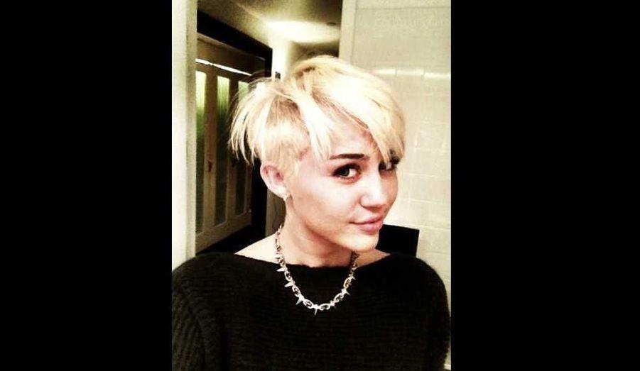 A 19 ans, Miley Cyrus est une jeune femme fiancée –au comédien australien Liam Hemsworth- et bien dans sa peau. Ebranlée par quelques polémiques au sujet de son look parfois hyper sexy, l'actrice-chanteuse semble avoir voulu se débarrasser de cette image sulfureuse en changeant totalement de look: elle est en effet passée aux cheveux courts et au blond platine, comme en témoigne cette photo –parmi tant d'autres- publiée sur son compte Twitter. La star d'Hannah Montana a en outre fait don de sa tignasse à l'association Official Cancer.