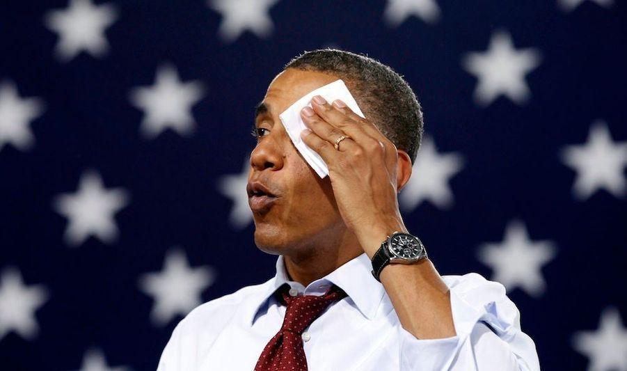 Barack Obama s'essuie le front alors qu'il s'apprête à tenir un discours dans une salle de gym étouffante d'un lycée de Windham, dans le New Hampshire.