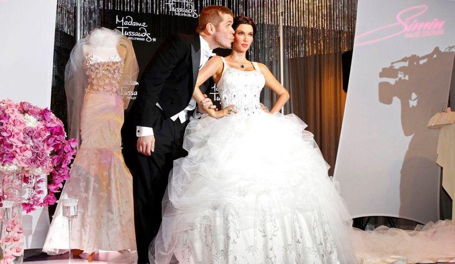 Le bloggeur Perez Hilton inaugure la statue de cire de Kim Kardashian au musée de Madame Tussauds, à Hollywood. La star de téléréalité a fait son entrée dans la célèbre galerie, à l'occasion de son mariage avec le basketteur Kris Humphries.