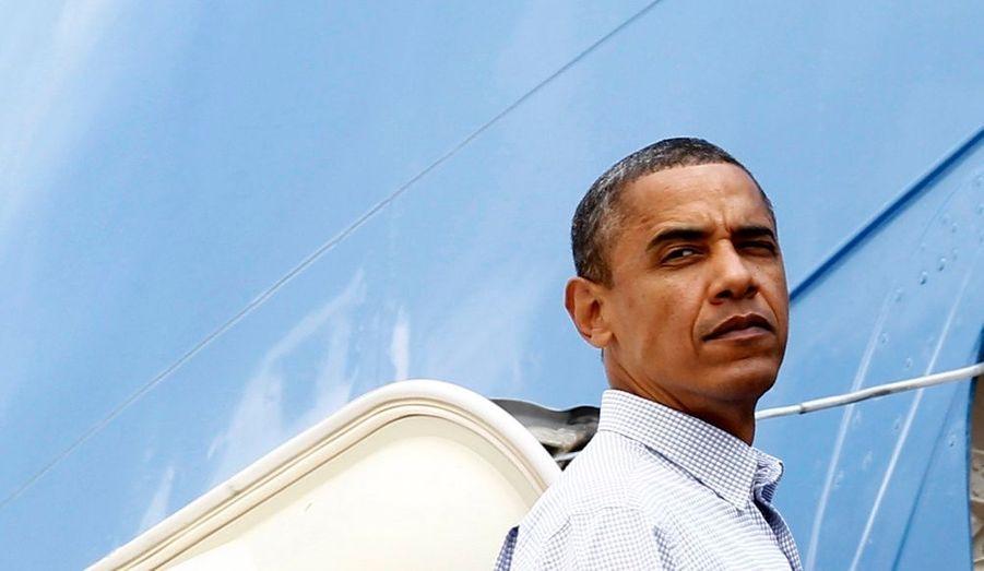 Barack Obama embarque à bord de l'avion Air Force One, sur la base Andrews près de Washington, pour se rendre sur l'île de Martha's Vineyard, afin de passer dix jours de vacances en famille, hier.