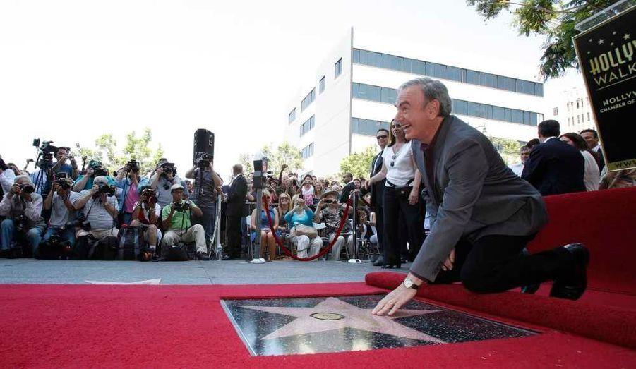 Le chanteur américain Neil Diamond, âgé de 71 ans, a reçu son étoile sur le Hollywood Walk of Fame, au niveau des locaux de Capitol Records. Son épouse Katie McNeil, 42 ans, était à ses côtés pour l'inauguration.