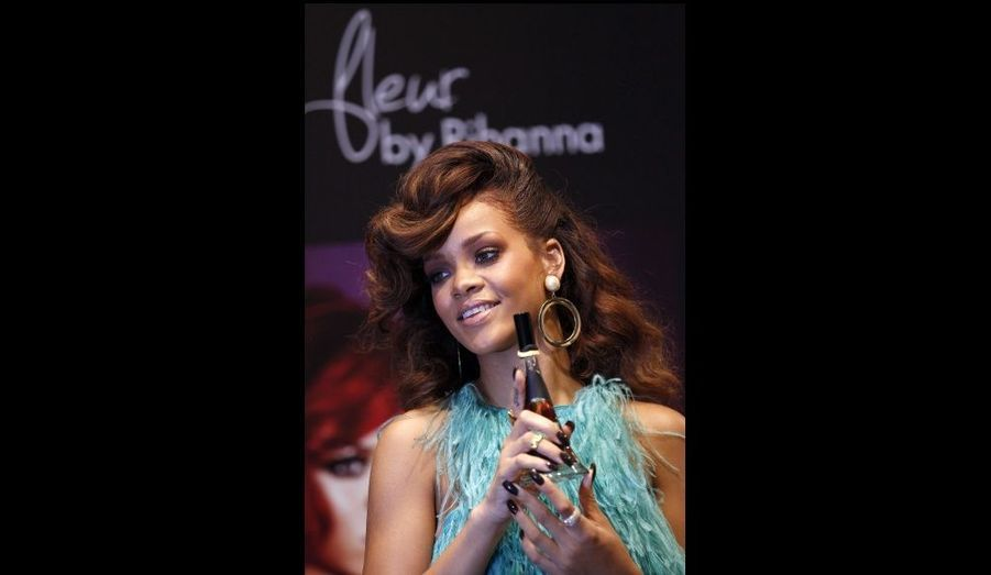 Rihanna a présenté son parfum Reb'l fleur dans le magasin House of Fraser, situé sur Oxford Street, à Londres.