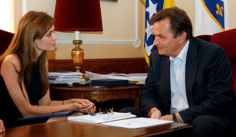 Angelina Jolie s'est rendue à Sarajevo, en Bosnie Herzegovine, où elle a rencontre un membre de la présidence collégiale du pays, Haris Silajdzic. L'actrice va prochainement diriger son premier film en Bosnie.