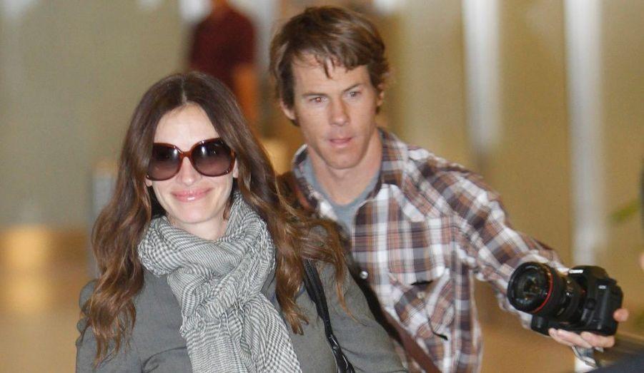 """Daniel Moder prend une photo de sa femme Julia Roberts en arrivant à l'aéroport international de Narita à Chiba, près de Tokyo, hier, pour la promotion de """"Mange Prie Aime""""."""