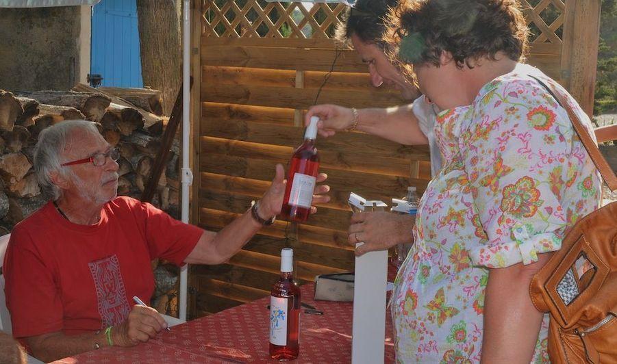 """L'acteur français Pierre Richard dédicace les bouteilles de son vignoble """"Domaine Bel Evêque"""", situé à Gruissan, près de Narbonne (Aude)."""