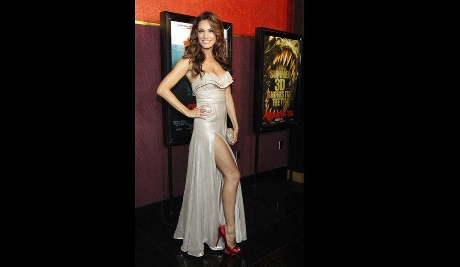 La sulfureuse Kelly Brook pose à l'avant-première de Piranha 3D, au Mann's Chinese theatre d'Hollywood.