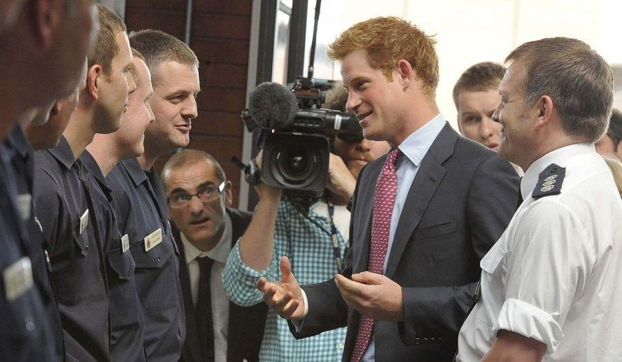 Le prince Harry rencontre les équipes de pompiers qui étaient de service pendant les récentes émeutes, à Salford Fire Station, près de Manchester