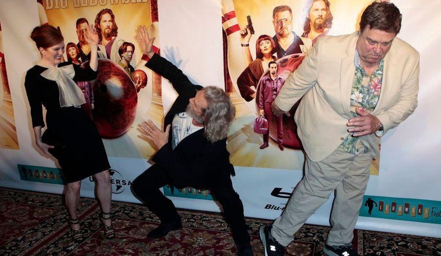 Julianne Moore, Jeff Bridges et John Goodman se livrent à une petite danse pour célébrer la sortie en Blu-ray de «The Big Lebowski», des frères Cohen. Les acteurs étaient réunis, 13 ans après la sortie du film, à l'occasion du Lebowski Fest à New York.