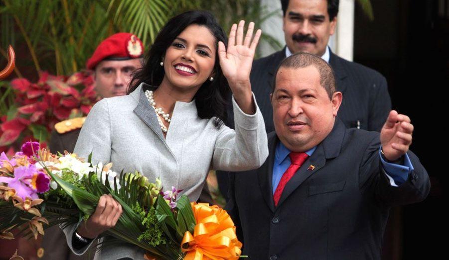 Cette image, fournie par le bureau du président du Venezuela, montre le président vénézuélien Hugo Chavez en train d'accueillir Miss Monde 2011, la Vénézuélienne Ivian Sarcos, lors de sa visite au palais de Miraflores à Caracas le 4 janvier dernier.