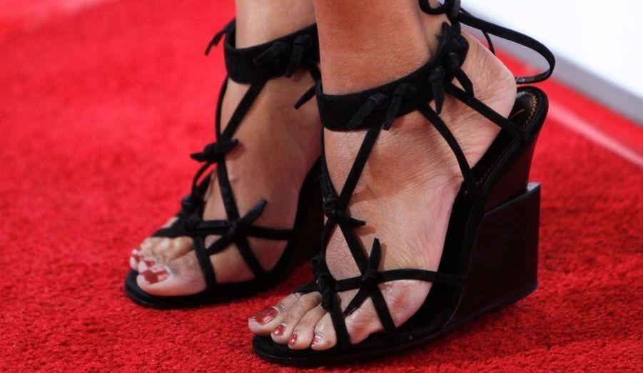 Ces chaussures, à talons compensés, sont portées par l'actrice Zoe Saldana, lors de la première du film Burning Palmsau au théâtre Arclight d'Hollywood. Dans ce long métrage de Christopher B. Landon, elle donne la réplique à Paz Vega, Shannen Doherty, Jamie Chung et Nick Stahl.