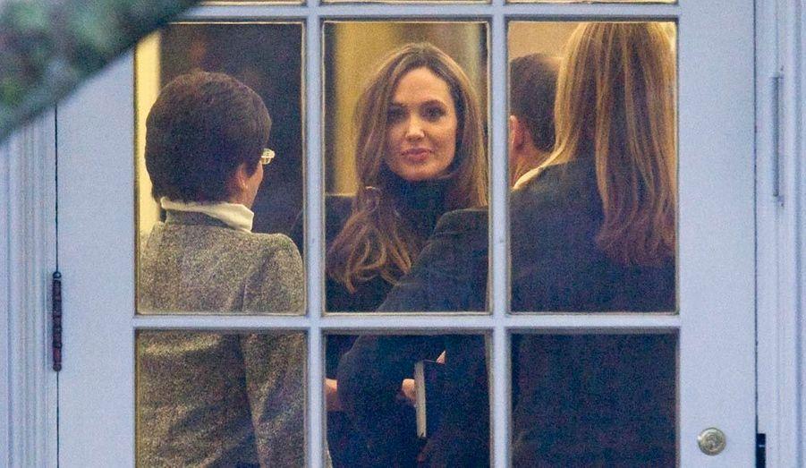 L'actrice américaine engagée Angelina Jolie est vue dans le bureau ovale de la Maison Blanche, où il se murmure qu'elle avait rendez-vous avec Barack Obama au sujet des violences faites aux femmes –ceci avant le départ du président américain pour un déplacement à Chicago.